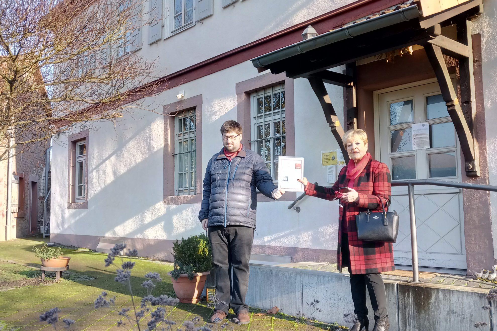 Spitzenkandidatin Beate Funck überreicht das Wahlprogramm in einfacher Sprache an die Lebenshilfe